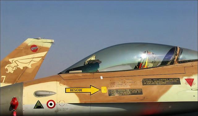 Израильский самолёт F-16А с нанесённым знаком в виде треугольника, означающим участие в операции по уничтожению иракского ядерного реактора