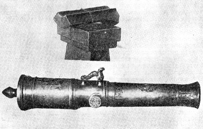 Пушка с готовым каналом, изготовленная по проекту Нартова. Вверху- вырезка части ствола, показывающая устройство канала