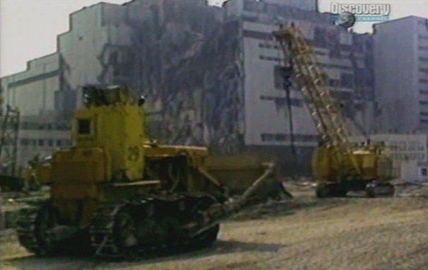Кран с дополнительной защитой кабины (на заднем плане) и модификация бульдозера на базе трактора Т-130 (на переднем плане)
