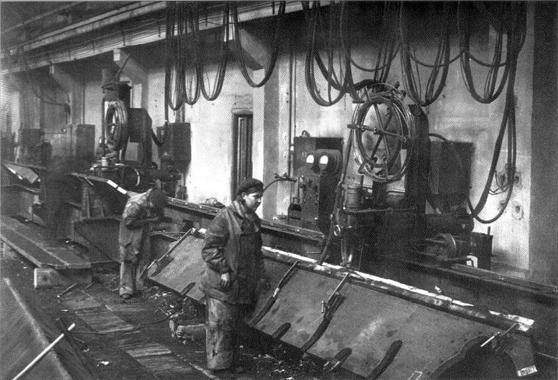 Сварка бортов корпуса танка Т-34 автоматическим сварочным устройством