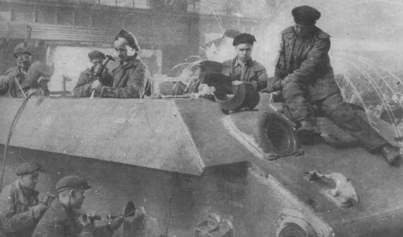 Зачистка сварных швов танка Т-34