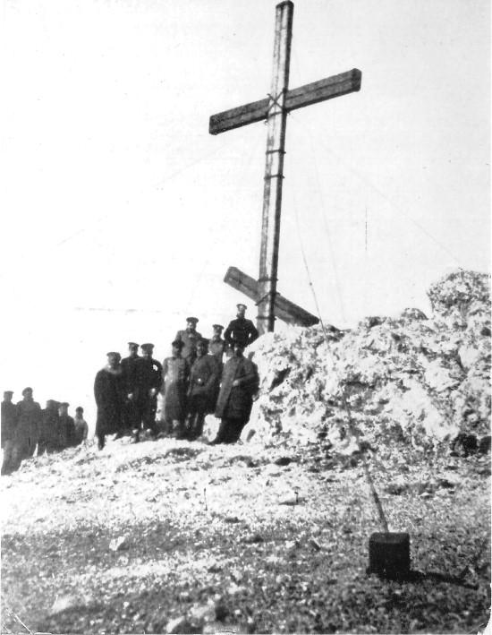 Члены ГЭСЛО у креста, воздвигнутого на могиле лейтенанта Жохова