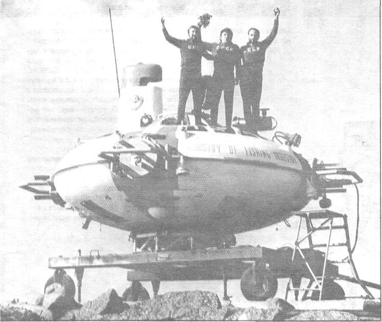Перед первым погружением, слева направо: В.Л. Громов, М.В. Львов и О.А. Моргунов
