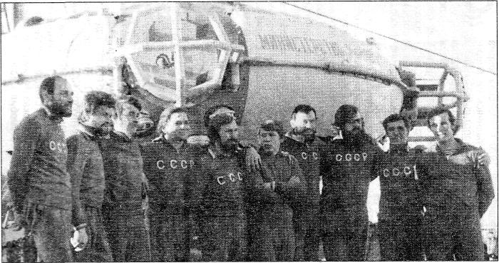 Гидронавты у аппарата «ОСА-3-600» на борту рыбопромысловой базы «Иван Федоров»: слева направо - Моргунов, Нечипоренко, Большов, Львов, Громов, Дохно, Дмитриев, Сымон, Киселев, Токовенко. Балтийское море, 1976 г.