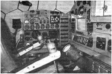 Рабочее место командира в левом кресле. На левом подлокотнике — рукоятка управления движением, на правом—рукоятка управления стабилизацией