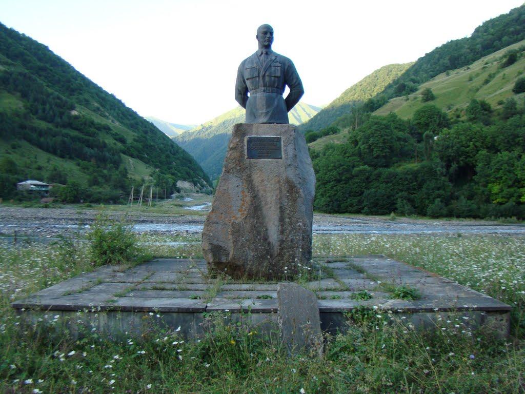Памятник основателю Остехбюро Владимиру Ивановичу Бекаури на его родине в Грузии