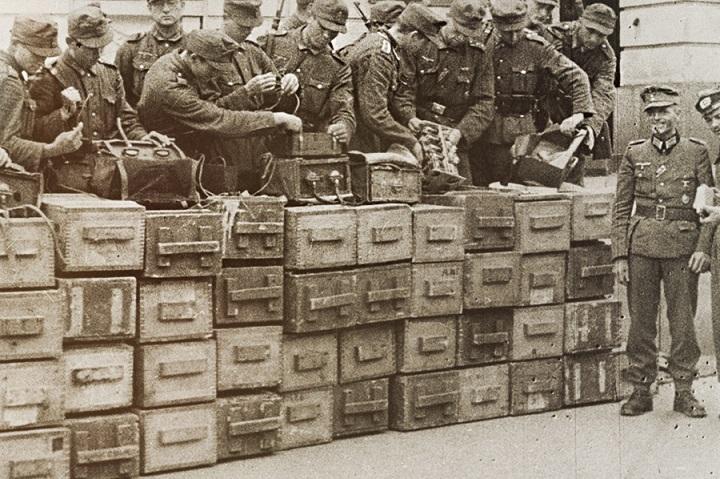Штабеля ящиков со взрывчаткой и 3-мя минами Ф-10 , вынесенных немецкими сапёрами во время разминирования музея Ленина в г. Киев. Сентябрь 1941 г.