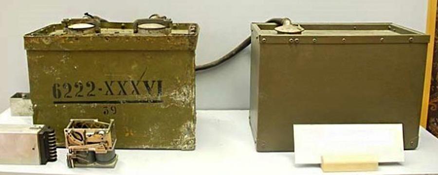 Радиомина Ф-10. Слева - блок управления, перед ним выложен дешифратор. Справа - аккумуляторная батарея, соединённая с блоком управления кабелем. Данная мина была обнаружена финами в августе 1941 г. в порту г. Выборг. Выставлена в национальном музее связи Финляндии, г. Рейхимяки