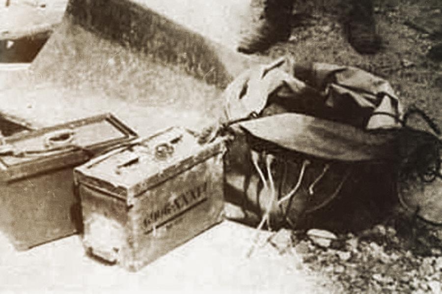 Радиоуправляемая мина Ф-10. Аккумуляторная батарея, блок управления и прорезиненный мешок
