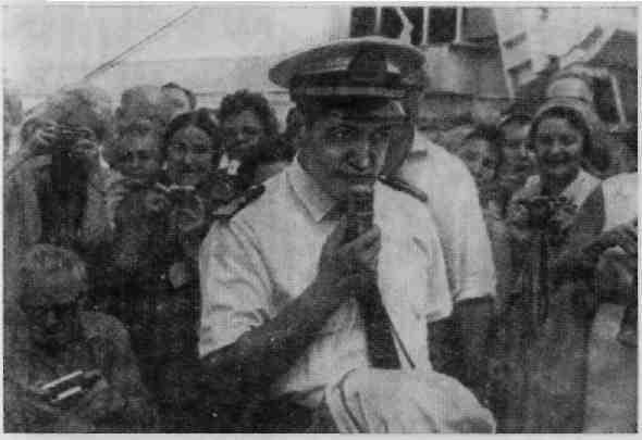 Капитан А.М.Оганов общается с пасажирами