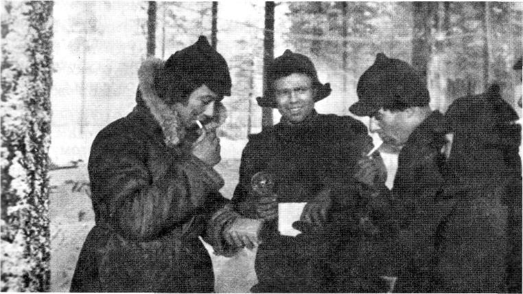 В лесу Карельского перешейка на территории Финляндии. Командир роты Иванченко - слева. 1940 год