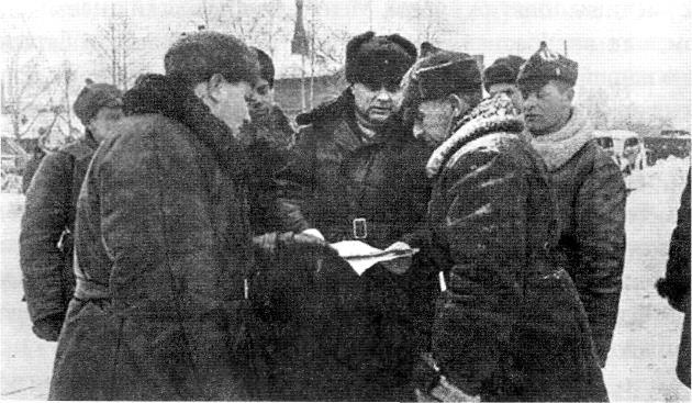 Командарм Мерецков К.А. ставит задачу командирам подразделений. 1940