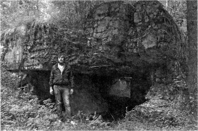 Внук Ивана Михайловича, Александр Баданин, у одного их углов ДОТа Sk2 (№ 45) «Тертту», взорванного его дедом в 1940 году. Июнь 2013 года