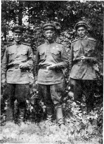Комбат капитан Иванченко с офицерами в 1943 году