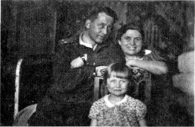 С семьёй. Родные Галка и Светланочка