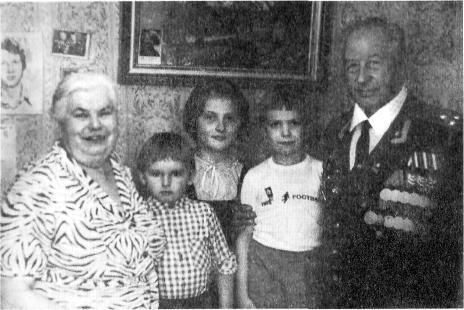 1986 год. «Золотая свадьба» Ивана Михайловича и Анны Адольфовны. С ними внуки: Александр, Анна, Иван