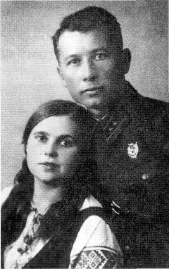 Лейтенант Иванченко с женой Анной. Фото сделано в Минске сразу по окончании Финской войны. На груди первый орден Боевого Красного Знамени