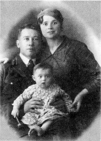 Осень 1937 года. Первый ребенок в семье Иванченко - девочка Валя. К сожалению, она вскоре умерла от воспаления легких