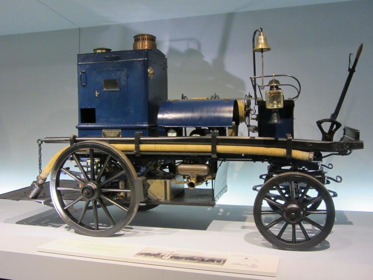 Макет первого пожарного автомобиля с пожарным насосом Готлиба Даймлера