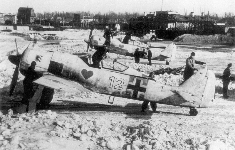 Немецкие истребители Fw-190A4 из 1-й группы эскадры JG54 «Grun Hertz» («Зеленое сердце») на аэродроме города Красногвардейска (в настоящее время г. Гатчина в Ленинградской области)