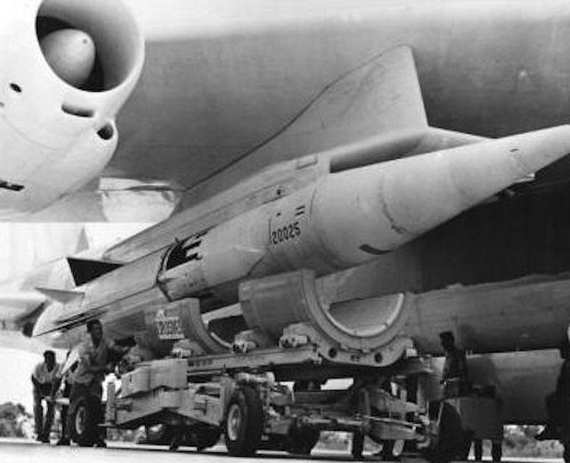 Подвеска аэробаллистической ракеты AGM-48 «Скайболт» на стратегический бомбардировщик Б-52